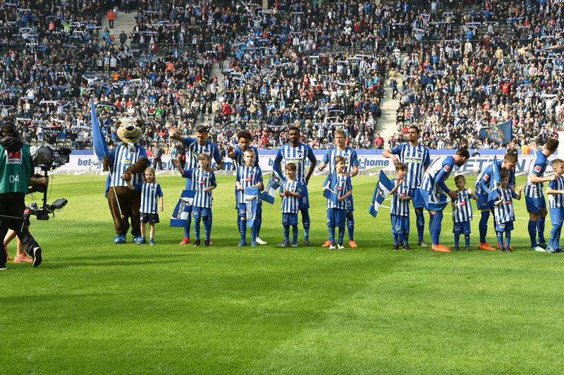 Einlaufkinder Und Fußballcamps In Der Bundesliga Von Der Db