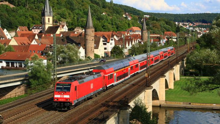 """Ein Regionalexpress mit """"Dostos"""" bei Gemünden am Main © DB AG/Jochen Schmidt"""