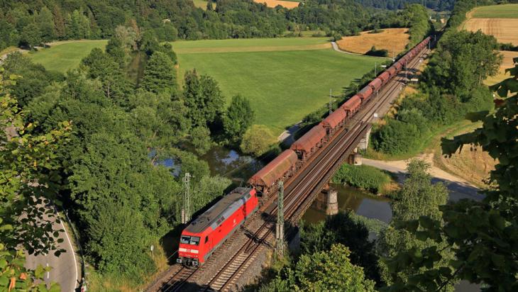 Eine E-Lok der Baureihe 152 von DB Cargo fährt einen Getreidezug von Treuchtlingen nach Ingolstadt © DB AG/Uwe Miethe
