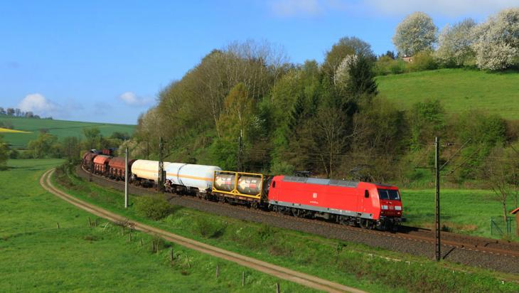 Ein Güterzug mit E-Lok Baureihe 145 fährt Richtung Maschen © DB AG/Jochen Schmidt