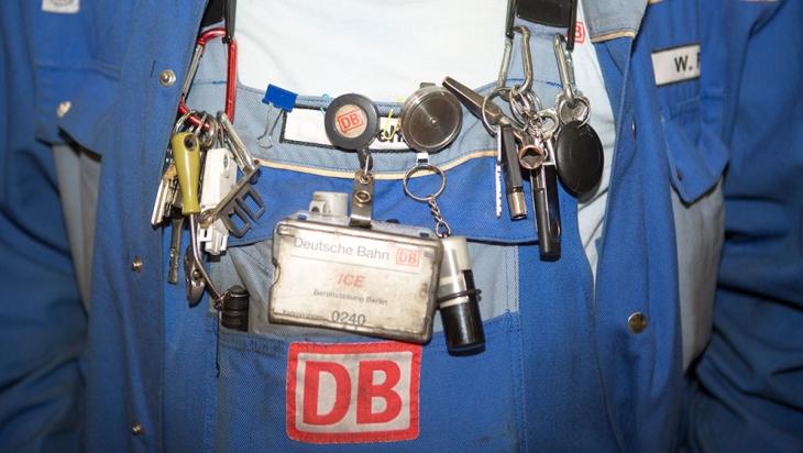 DB-Mitarbeiter mit vielen Werkzeugen an der Latzhose © DB AG