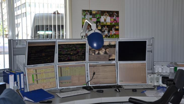 Die 3-S-Zentrale: Viele Monitore in einem großen Raum