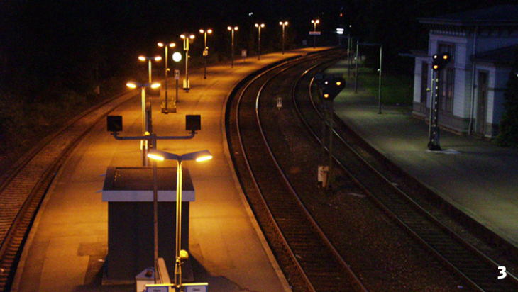 Die Gleise des Bahnhofs bei Nacht / Foto: Grosses s, Wikimedia Commons