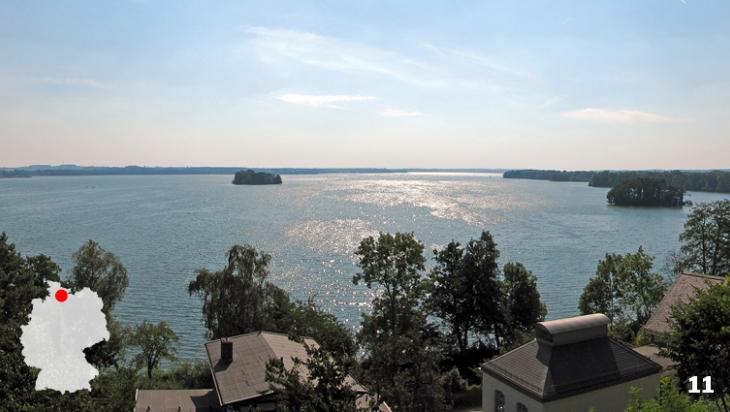 Der Große Plöner See - Konkurrenz für Nord- und Ostsee / Foto: Darkone / Plön Panorama Ploener See, CC BY-SA 2.5