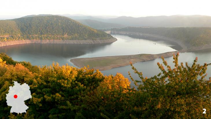 Der Edersee - ein See wie aus dem Bilderbuch / Foto: Axel Hindemith, Wikimedia Commons