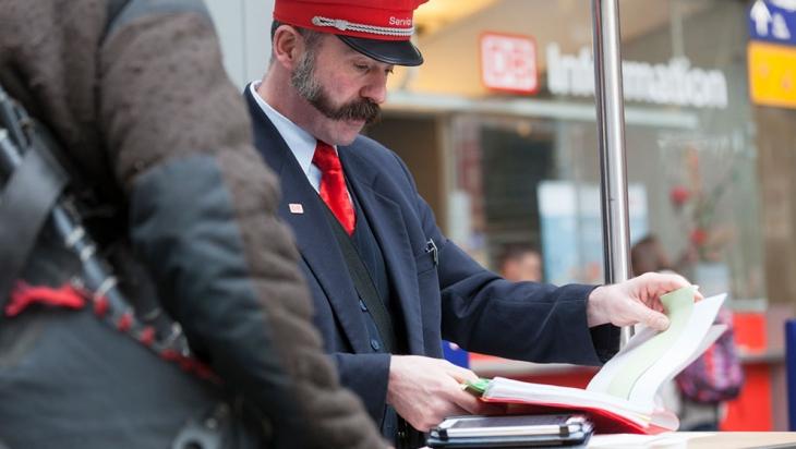 Servicemitarbeiter am Bahnhof © DB AG / Bernd Roselieb