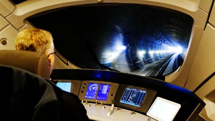 Blick aus dem Führerstand eines ICE T, Baureihe 411, auf die Schnellfahrstrecke der VDE 8.2 im Bereich des Bibratunnels © DB AG / Barteld Redaktion & Verlag