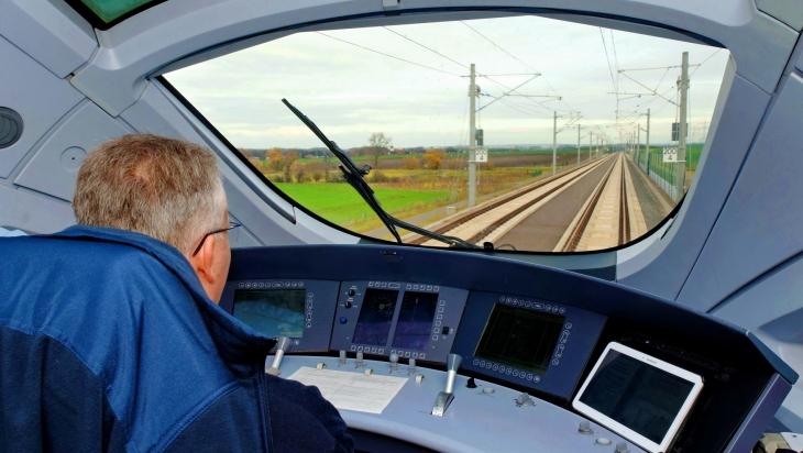 Blick aus dem Führerstand eines ICE T, Baureihe 411, auf die Schnellfahrstrecke der VDE 8.2 nahe Erfurt © DB AG / Barteld Redaktion & Verlag