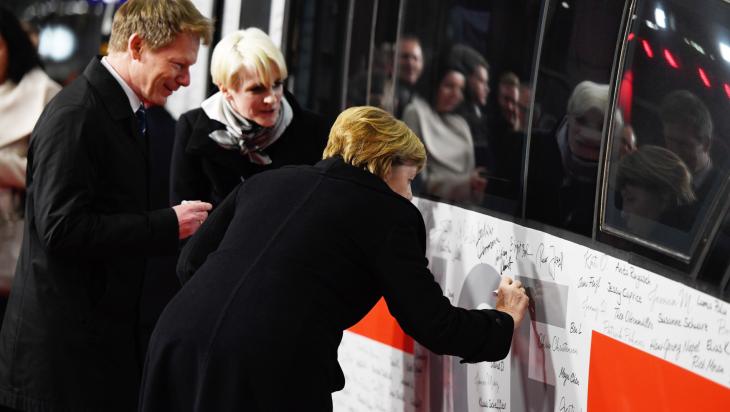 Bundeskanzlerin Angela Merkel signiert ICE; Bild: DB AG/ Max Lautenschläger
