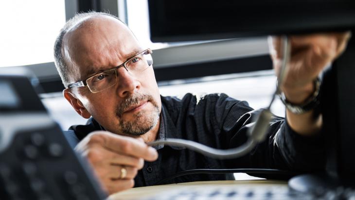Computerfachmann bei der Arbeit; Bild: DB AG/ Max Lautenschläger (DB163170)
