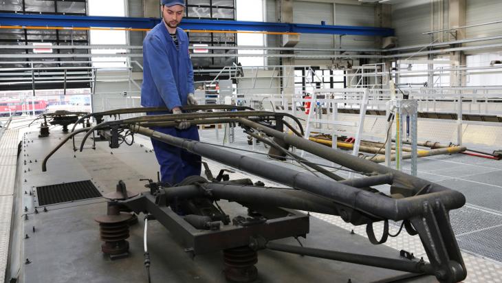 Dacharbeiten an einer E-Lok; Bild:DB AG/ Martin Busbach (DB2146)