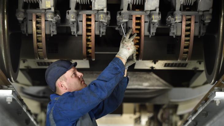 Mitarbeiter bei der Wartung einer Bremse eines ICE; Bild: DB AG/ Oliver Lang (DB28786)