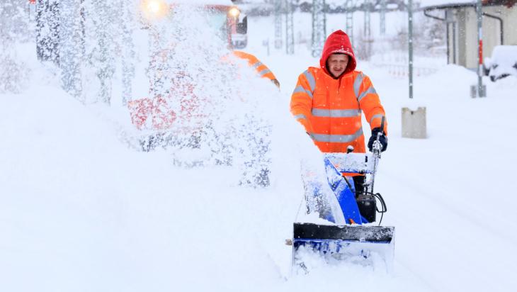 Winterdienst auf den Bahnsteigen; Bild: DB AG/Uwe Miethe