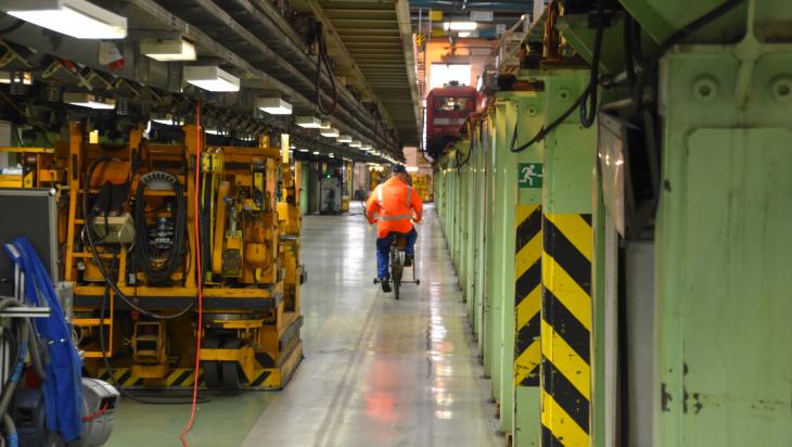 Per Rad unterwegs im ICE-Werk; DB AG/Andreas Sahlmann (DB 76841)