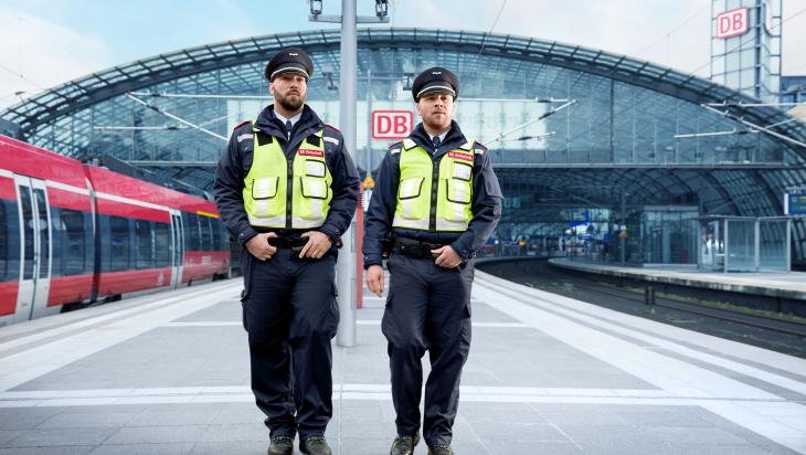 Zwei Sicherheitskräfte für Schutz und Sicherheit; Bild: Deutsche Bahn AG / Marcus Ewers (DB76926)