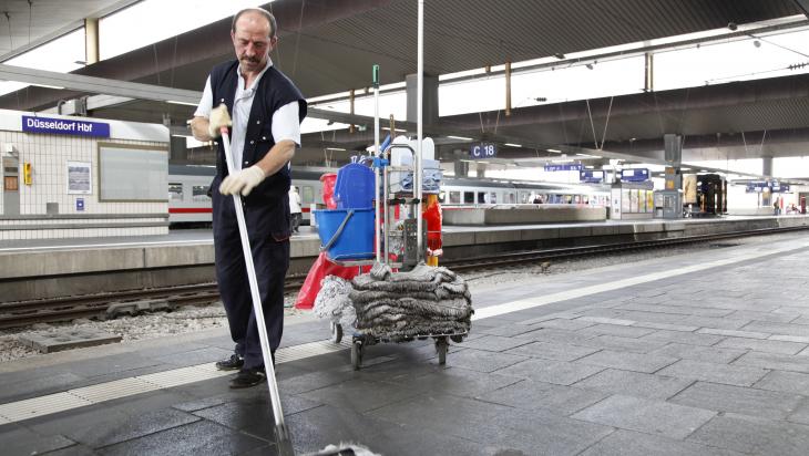 Gebäudereiniger bei der Arbeit;  Bild: Deutsche Bahn AG / Jürgen Brefort (DB81089)