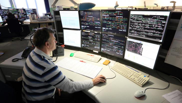 Fahrdienstleiter bei der Arbeit; Bild: DB AG/Uwe Miethe (DB85426)