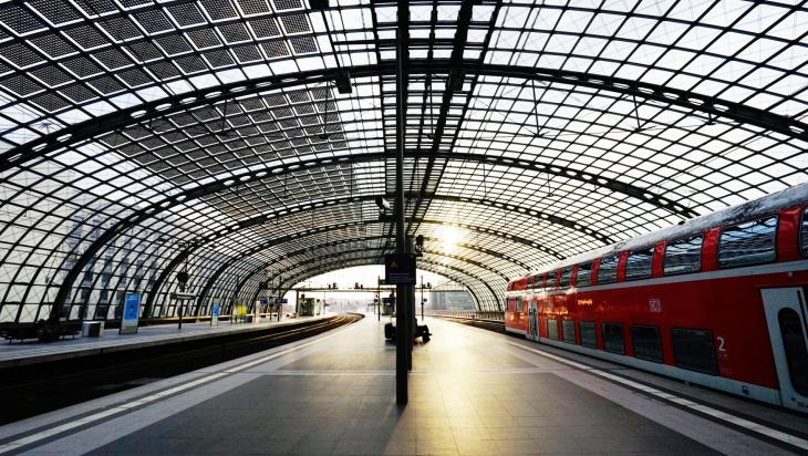 Solarzellen auf dem Dach; Bild: DB AG / Volker Emersleben (DB89069)