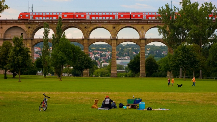 Regionalzug fährt über eine Brücke; Bild: DB AG / Bartlomiej Banaszak (DB1640)