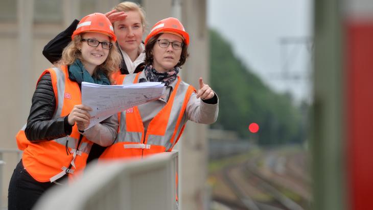 Bauingenieurinnen bei der Bahn; Bild: DB AG/Oliver Lang (DB93195)