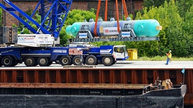 Hier wird der Zylinder auf ein Binnenschiff verladen.