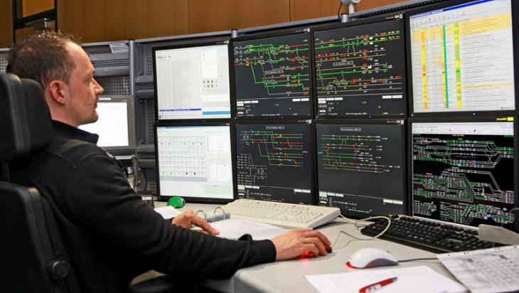 Ein Fahrdienstleiter an seinem Arbeitsplatz © DB AG/Jürgen Brefort