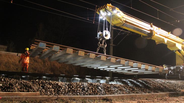 Eisenbahnkran verlegt in der Nacht Weichen; Bild: DB AG/Hannes Frank