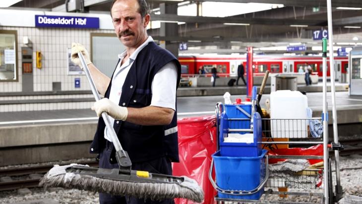Ein Gebäudereiniger im Einsatz am Bahnsteig © DB AG/ Jürgen Brefort