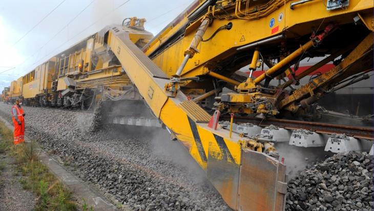 Ein Gleisbauer bei der Arbeit © DB AG/Christian Bedeschinski