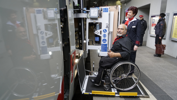 Rollstuhlfahrer am ICE 4 / Bild: DB AB/Volker Emersleben