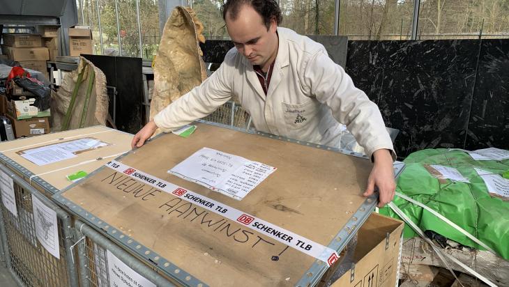 Vorsichtig werden die Kisten geöffnet; Bild: DB Schenker_Mario Arnold