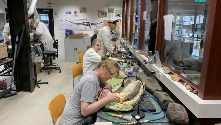 Die Geologen gehen mit ihren Spezialwerkzeugen ans Werk; Bild: DB Schenker_Mario Arnold