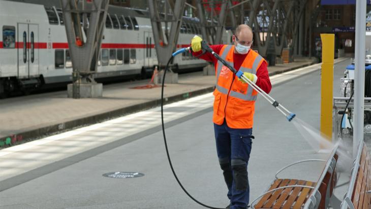 Reinigung am Bahnhof; Bild: DB AG / Jörg Bönisch