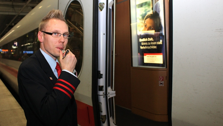 Zugbegleiter Christian Lange pfeift zur Abfahrt © DB AG