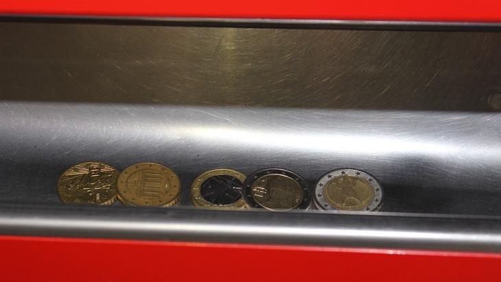 Hier in der Ausgabeschale findest du dein Wechselgeld © DB AG