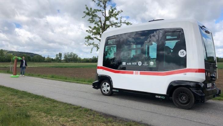 KIKA zu Besuch beim autonomen Bus; Bild: DB AG/Lisa Paul