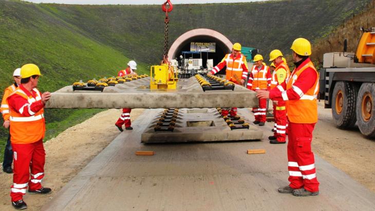 Ganz viele verschiedene Mitarbeiter sind an der Strecke beschäftigt; Bild: DB AG/Hannes Frank