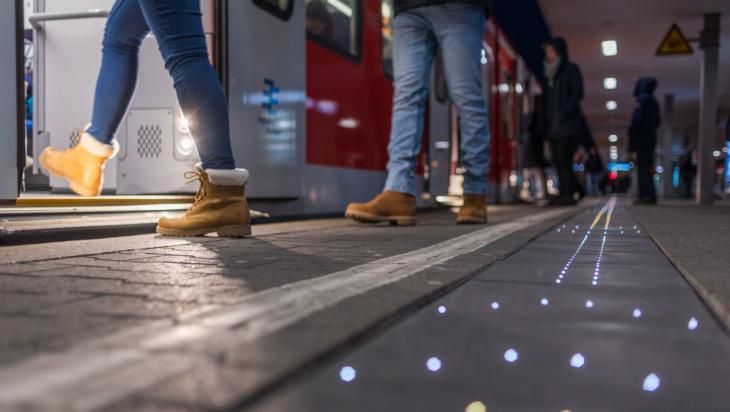 Leuchtende Bahnsteigböden; Foto: DB AG / Andreas Varnhorn (DB157869)