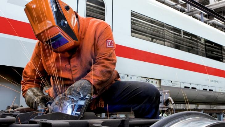 Mitarbeiter im ICE-Werk © DB AG/Max Lautenschläger