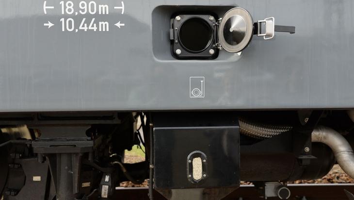 Die Einfüllöffnung für den Sand und der Sandkasten am Zug © Jet Foto / Kranert