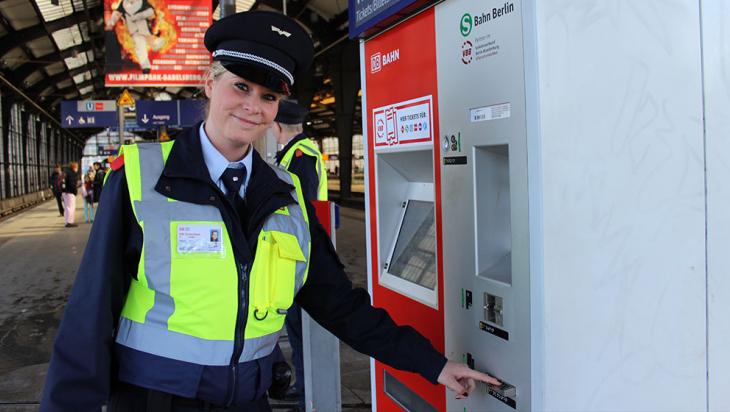 Nadine kontrolliert einen Fahrkartenautomaten © DB AG