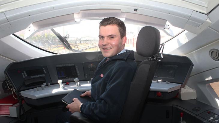 Lutz Jäckel an seinem Arbeitsplatz: Im Cockpit eines ICE 3 © DB AG