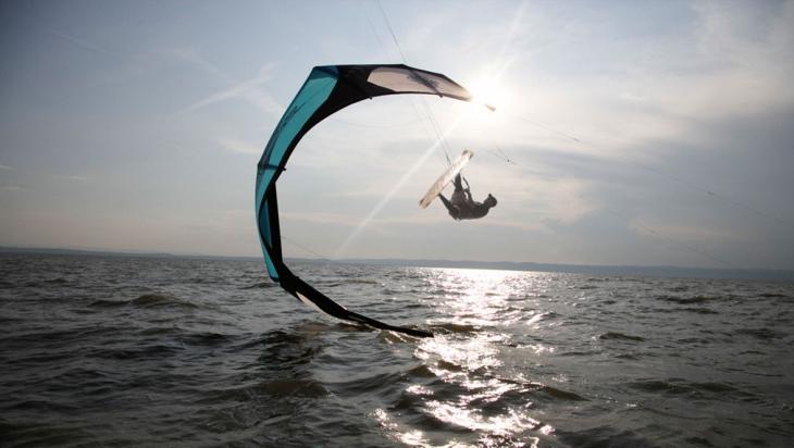 Kitesurfer auf dem Neusiedler See © Österreich Werbung / Ralf Kreuels