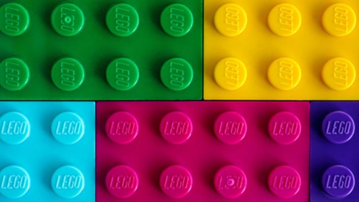 Bunte LEGO® Steine © Shutterstock