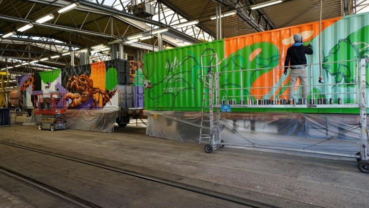 Künstler bei der Arbeit; Foto: DB AG/Volker Emersleben