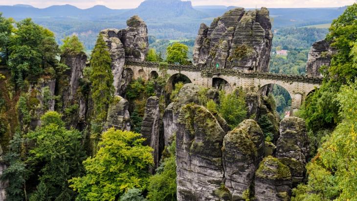 Die Bastei in der Sächsischen Schweiz ©shutterstock.com/Marpics