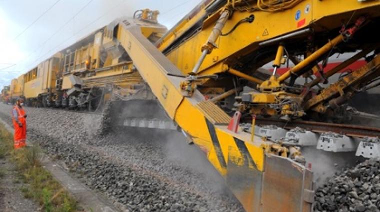 Diese riesige Maschine recycelt den Schotter im Gleisbett, der sich mit der Zeit abgenutzt hat.  © DB AG/Christian Bedeschinski DB16401