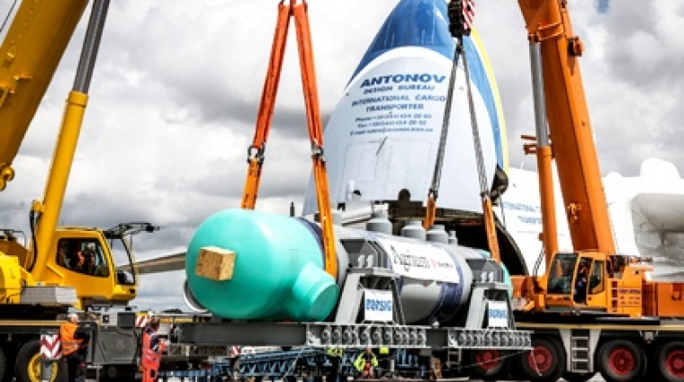 Der Kühlzylinder wurde mit dem größten Frachtflugzeug der Welt nach Kanada gebracht.  © DB AG/Michael Neuhaus