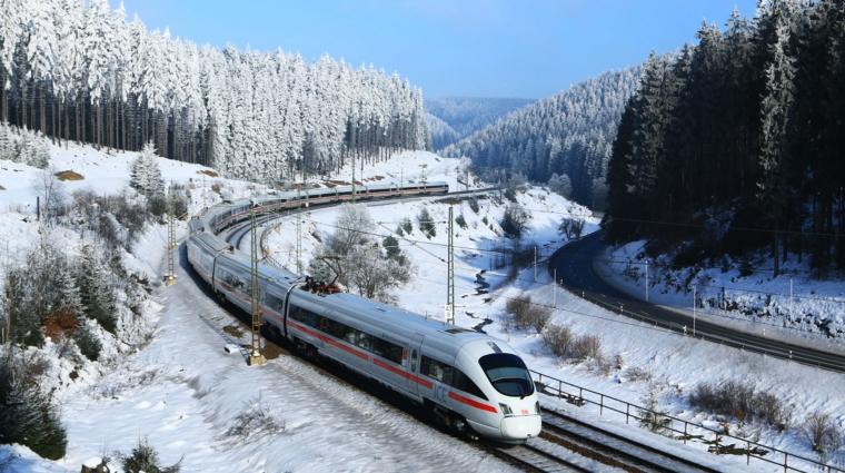 Damit Züge auch im Winter fahren können, werden sie kältefest gemacht. Schneeschleudern und -pflüge räumen die weiße Pracht.  © DB AG/Jochen Schmidt