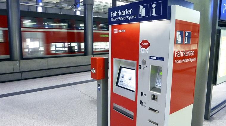 Oli erklärt, warum Fahrkartenautomaten Münzen, aber keine Scheine herausgeben. Bild: DB AG/ Volker Emersleben (DB3946)